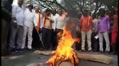 Baahubali 2 row: Pro-Kannada groups burn effigy of 'Kattappa' Sathyaraj just before apology