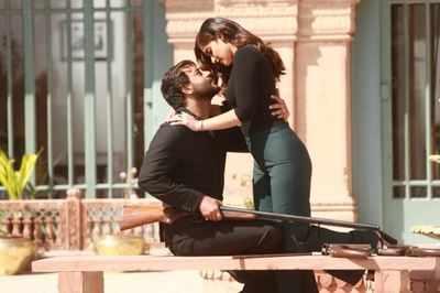 Baadshaho: Ajay Devgn, Ileana D'Cruz narrate a sweet love story in this Mere Rashke Qamar song