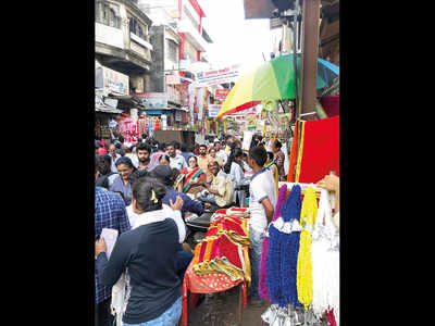 Peths jammed as illegal hawkers set up shop