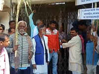 Aurangabad: Sugarcane farmers lock joint commissioner office over non-payment of dues