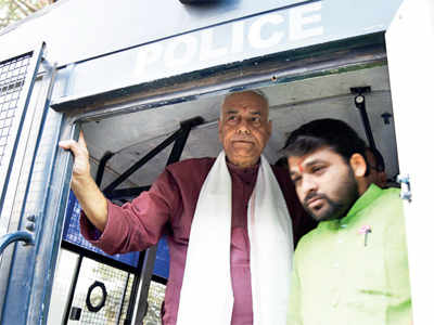 Varun, Shourie likely to join Sinha's dharna today
