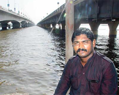 Ungrateful cops rob Vashi creek bridge of its guardian angel