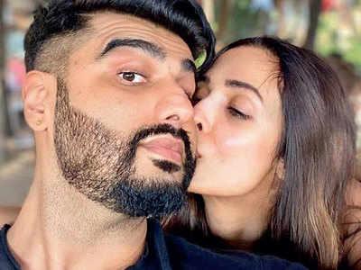 This photo of Malaika Arora kissing Arjun Kapoor is incredibly cute!