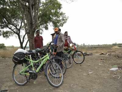 Jalgaon locals help 22 Uran migrants cycling 1,300 km to Orissa