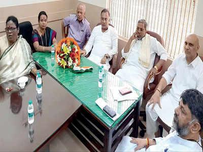 Siddaramaiah-DK Shivakumar  rift out in the open