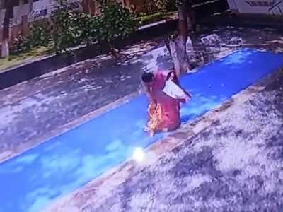 Karnataka: Woman whose saree caught fire at Vishwanatha temple, dies