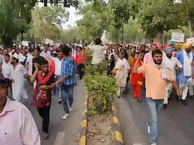 Fake alert: Old video of AAP protest shared as people marching towards PM's residence over economic slowdown