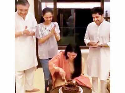 Supriya Sule hosts a private celebration for writer Mohini Gupta at home