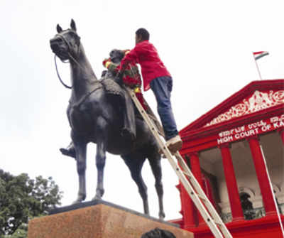Cubbon garlanded in hush-hush ceremony in front of High Court