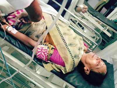 55-yr-old woman falls off train between Panvel and Kalamboli while trying to fend off robber