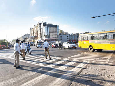 Traffic cops rue lack of shade at Katraj Chowk