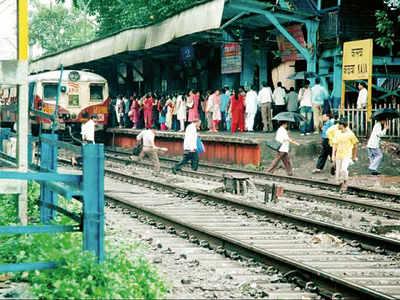 Kalwa passengers demand platform to prevent accidents