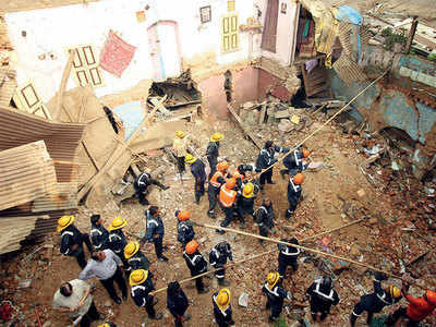 80-yr-old house collapses; 4 dead