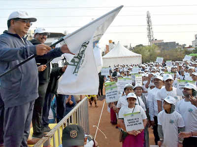 Bengaluru city police commissioner Bhaskar Rao flags off Fit India walkathon