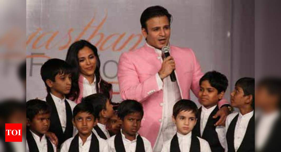 Vivek Oberoi Showstops For Kirti Rathore At Rfw Day 1 Times Of India