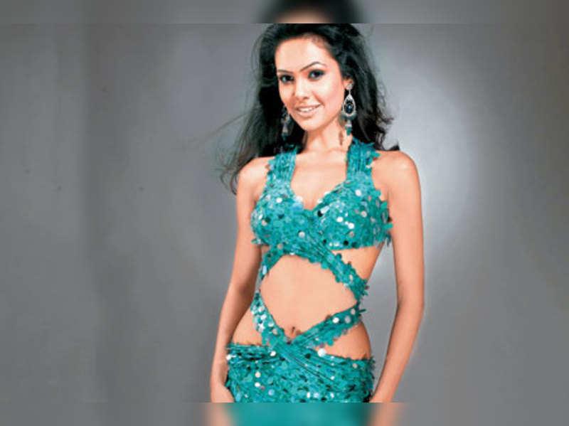 "Esha Gupta <a href=""http://photogallery.indiatimes.com/movies/bollywood/raaz-3/articleshow/15995949.cms"" target=""_blank"">More Pics</a>"
