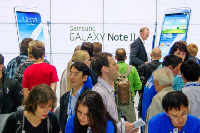People watch presentation of Samsung Galaxy Note II tablet computer at IFA consumer electronics fair in Berlin on Aug 31, 2012.