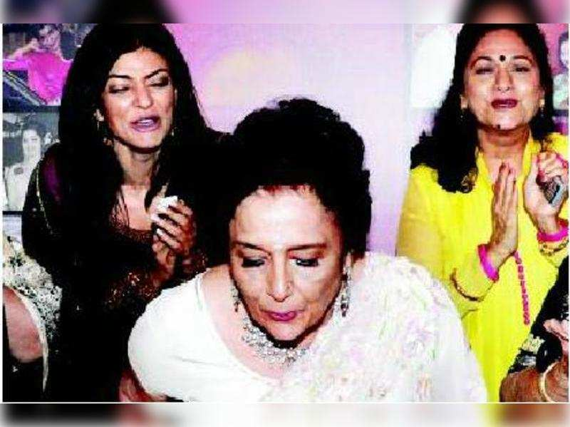 Aruna Sushmita Irani Sen cheer for the birthday girl as she gets ready to cut the cake