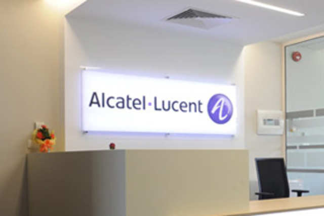 Alcatel-Lucent SA has won an eight-year deal valued at more than $1 billion to manage Indian carrier Reliance Communications's networks.