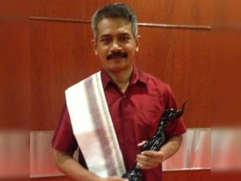 Atul Kulkarni wears a Kannada attire for his Filmfare award