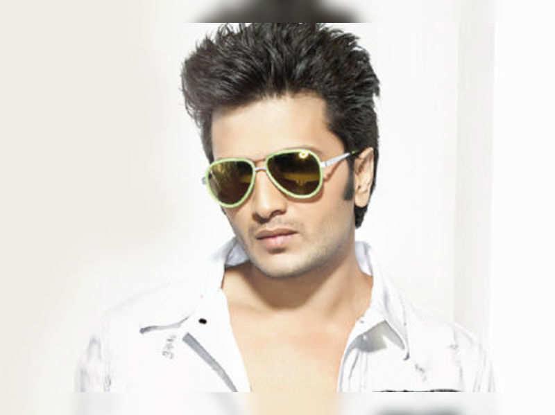 "Riteish Deshmukh <a href=""http://photogallery.indiatimes.com/events/mumbai/grand-masti-promotions-at-malhar/articleshow/21895533.cms""target=""_blank"">More Pics</a>"
