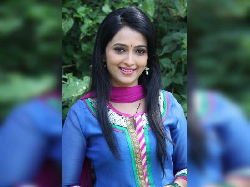 Rujuta-Akshay bond off the sets