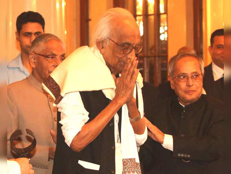 Pranab Mukherjee presents the Sunil Gangopadhyay Memorial Award to Nirendranath Chakravarti and Sankha Ghosh in Kolkata