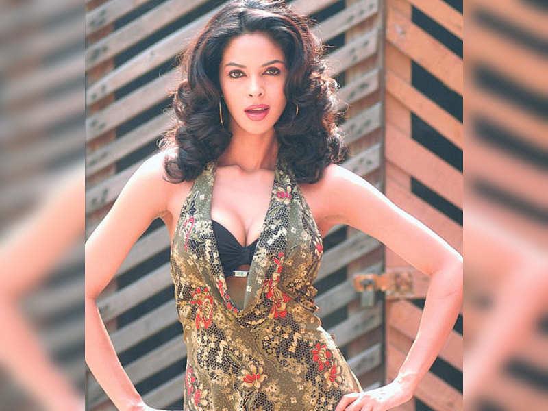 "Mallika Sherawat (TOI Photo) <a href=""http://photogallery.indiatimes.com/articleshow/3116941.cms"" target=""_blank"">More Pics</a>"