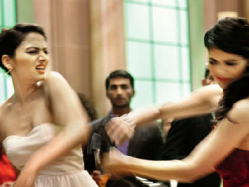OMG: Zoya Afroz slapped Sonali Raut?