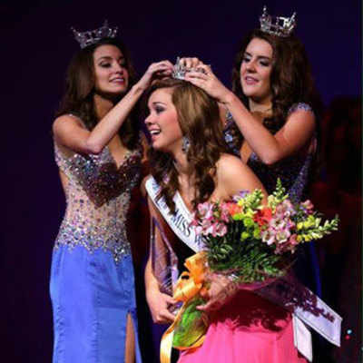 Taylor Plunkett being crowned Miss Washington's Outstanding Teen 2014
