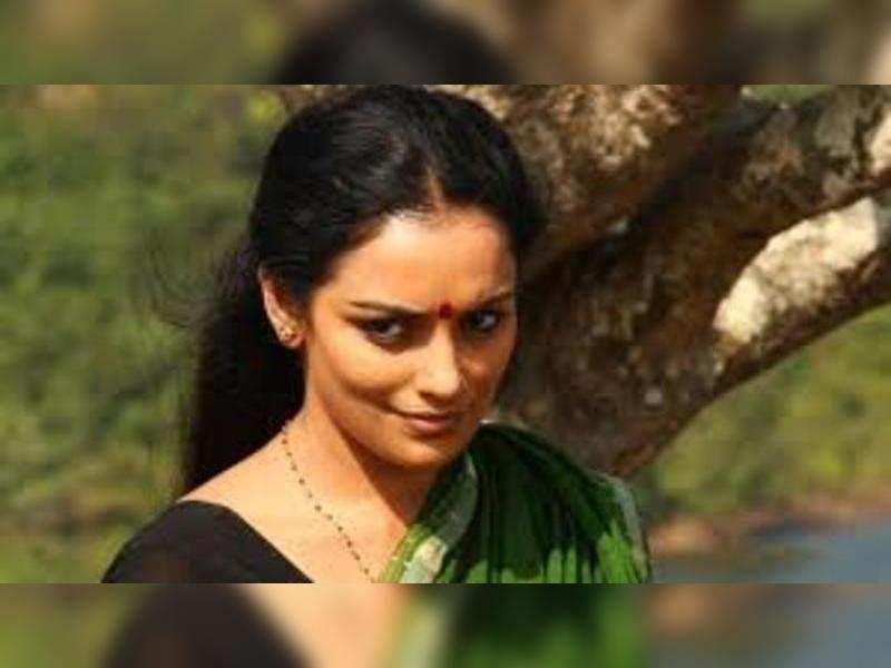 Shwetha  Menon, Jayaram and Kadhal Sandhya join Bhagyaraj for Thunai Mudalvar