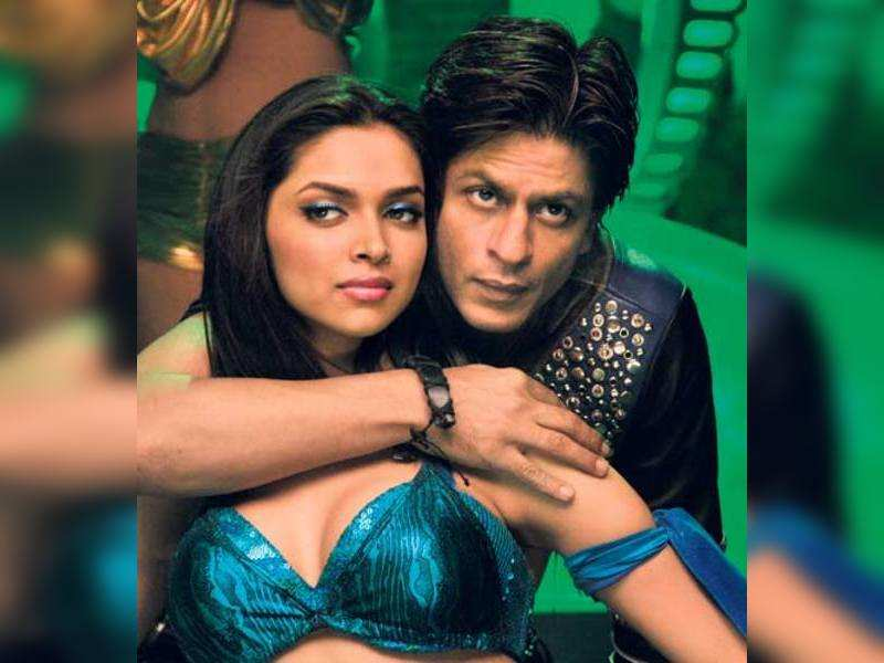 """Shah Rukh Khan with Deepika Padukone <a href=""""http://photogallery.indiatimes.com/articleshow/3879588.cms"""" target=""""_blank"""">More Pics</a>"""