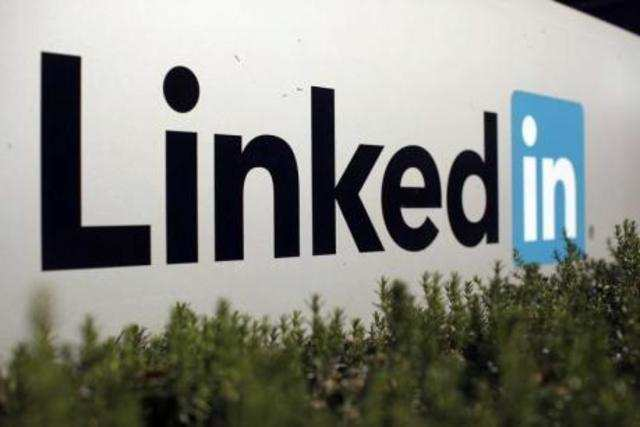 LinkedIn's Indian-origin top executive Deep Nishar is to step down from being senior vice president but will continue to act in an advisory capacity.