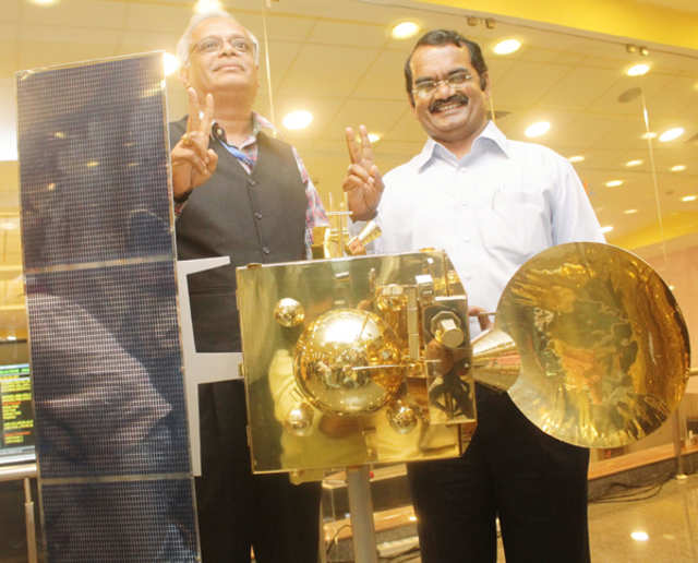 Mars Orbiter Mission (MOM) project director S Arunan (left) with Dr. Mylswamy Annadurai Programme Director, IRS and SSS Project Director, Mangalyaan showing a victory sign before the model of Mars Orbiter during a media visit to the ISRO centre at Penya in Bangalore on September 15.