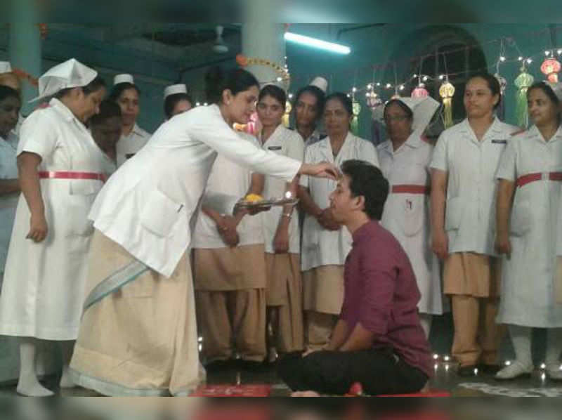 Abhijeet spends bhaubeej with the sisters