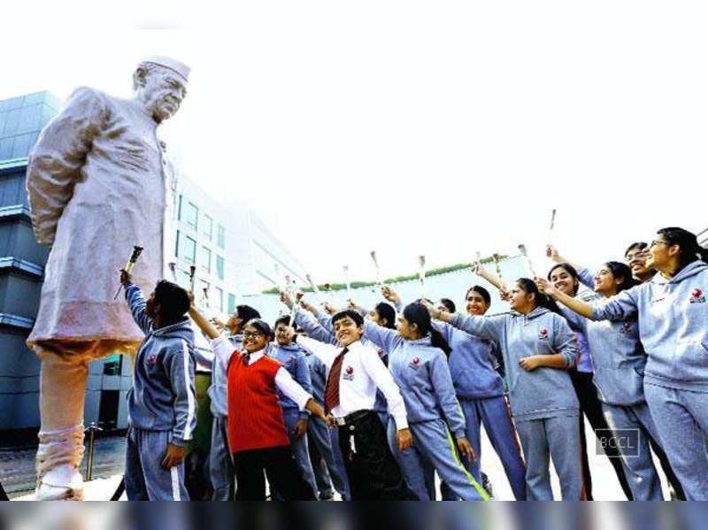 Nehru statue atGurgaon'sCyber Hub