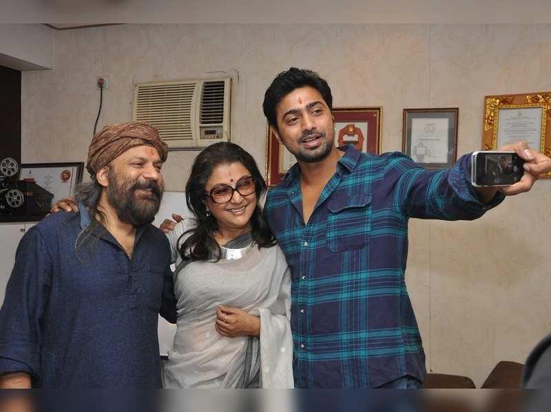 Dev poses for selfie with Aparna Sen