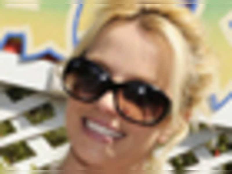 Britney wants to meet Queen of England