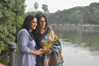 Roopa Ganguly Rituparna Roopa And Indrani In The Same Frame Bengali Movie News Times Of India