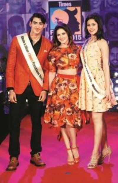 Winners Ishita Sachdeva from Delhi and Mehul Nijhawan from Pune strike a pose with Sunny Leone.