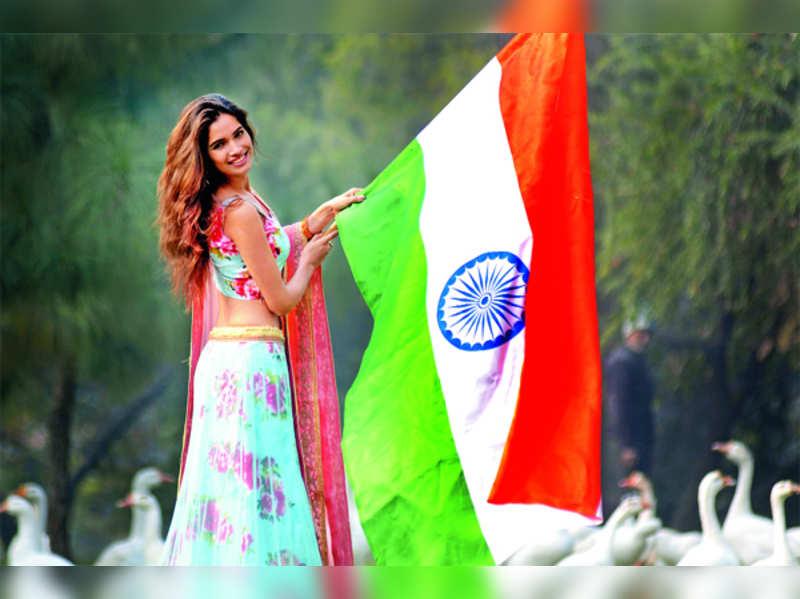 Miss Grand International Second Runner-up 2015 Vartika Singh unfurls the tricolour in Lucknow