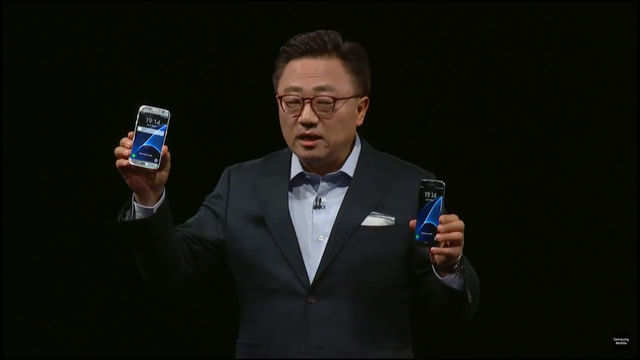 Samsung's Mobile Communications Business president, Koh, holds the S7 and S7 edge new smartphones during their unveiling ceremony at the Mobile World Congress in Barcelona. (Reuters Photo)