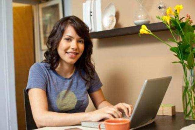 Women outspend men in online shopping: Study