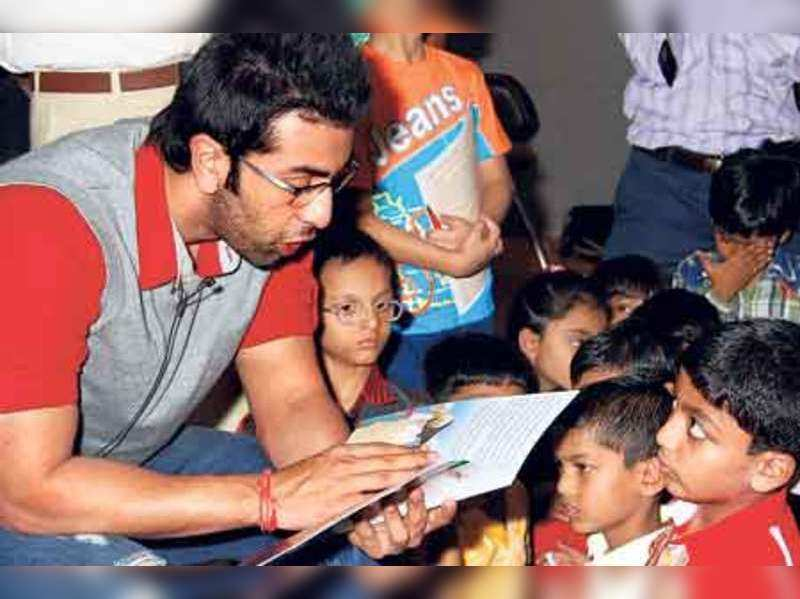 "Ranbir Kapoor with children from the hospital <a href=""http://photogallery.indiatimes.com/portfoliolist/4337957.cms"" target=""_blank"">More Pics</a>"