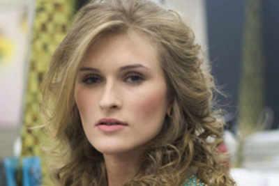 Simone Freitag crowned Miss Mundo Paraguay 2016