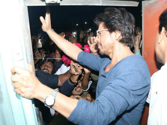 EXCLUSIVE! SRK sends help to the man's family who died during 'Raees' promotions