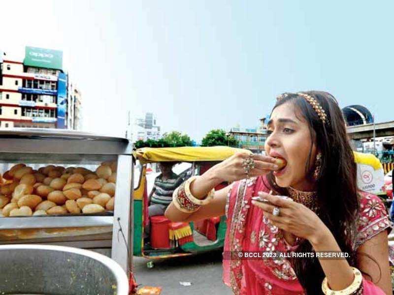 TV actress Tejaswi Prakash Wayangankar, who will soon be seen in the show 'Pehredaar Piya Ki', enjoys golgappas at Noida Sector 18 market (BCCL/ Lokesh Kashyap)