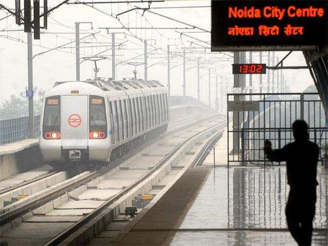 metro: Woman tries to top up Metro card, duped of Rs 1 lakh