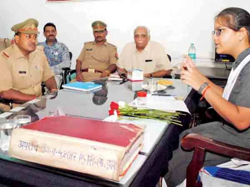Saumya interacting with police personnel at the Civil Lines Police Station (BCCL/ Pankaj Singh)