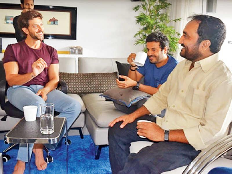 (L-R) Hrithik Roshan, Vikas Bahl and Anand Kumar